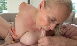 Mom with long nails rides a obese dick